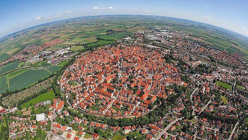 sebuah kota kecil di Jerman populer karena letaknya yang tak biasa. Kota ini bernama Nordlingen dan berada di kawah meteor (Thinkstock)