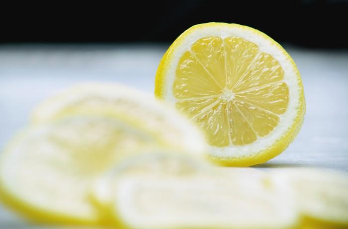 Sebuah penelitian yang dipublikasikan dalam Journal of Environmental Health, peneliti mempelajari 21 restoran berbeda dengan 76 lemon yang digunakan. Mereka menemukan bahwa 70 persen irisan lemon dari sampel tersebut memiliki virus, bakteri dan mikroba, termasuk E. coli (bakteri yang ditemukan di kotoran manusia). Foto: Thinkstock