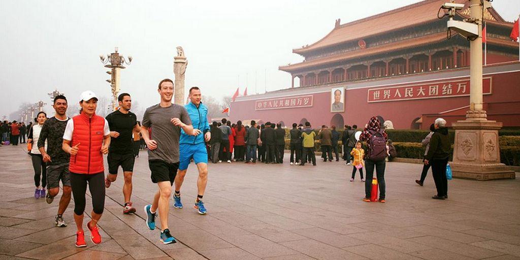 Mark Zuckerberg sudah beberapa kali berkunjung ke China. Ini saat dia jogging bersama beberapa bodyguard di Beijing, tepatnya di depan lokasi bersejarah Forbidden City atau kota terlarang. Foto: Facebook