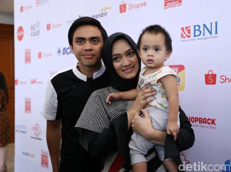 Foto: Ayudia Bing Slamet dan keluarga. (Hanif Hawari/detikHOT)