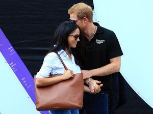 Tas Rp 2 Juta Meghan Markle saat Kencan dengan Pangeran Harry Terjual Habis