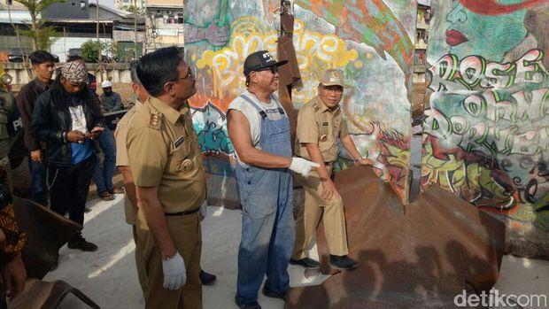 Gubernur DKI Djarot S Hidayat menyaksikan pemasangan Tembok Berlin di RPTRA Kalijodo.