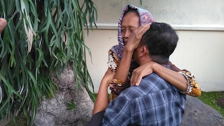 Pecah Tangis Haru saat Anak yang Gugat Ibu Kandung Saling Ketemu