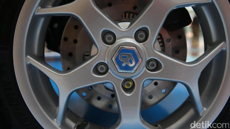 Skuter tiga roda Piaggio MP3 500 Business resmi mengaspal di Jakarta. Dibandrol Rp 280 juta, motor ini lebih mahal dari Toyota Avanza.