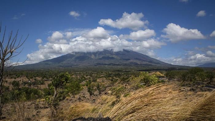 Aktivitas vulkanik Gunung Agung berada di level awas. Meski begitu, sejumlah warga Bali tetap beraktivitas seperti biasa. (Foto: Ulet Ifansasti/Getty Images.)