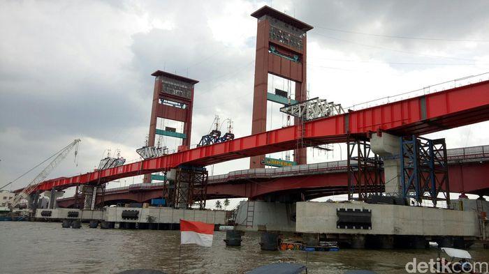 Jalur lintasan atau steel box girder tepat di sebelah Jembatan Ampera sudah tersambung pada Selasa 26 September 2017 dini hari. Tersambungnya lintasan ini membuat masyarakat sekitar bangga karena sebentar lagi proyek Light Rail Transit (LRT) dipastikan akan rampung dan dapat dinikmati.