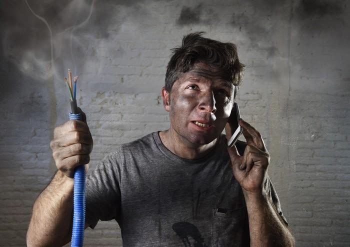 Jika terjadi keadaan darurat seperti kebakaran akibat korsleting listrik atau pencurian di rumah saat Anda terlelap, terlebih tidak mengenakan busana sama sekali, Anda pasti mendapat dua pilihan yang sulit antara menyelamatkan diri atau harus menggunakan baju dahulu sebelum mencari pertolongan. Foto: Thinkstock