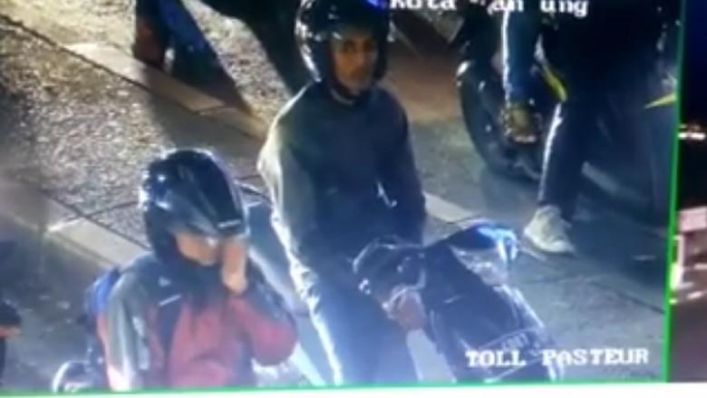 Petugas CCTV Bandung menegur pengendara motor yang merokok Foto: Facebook