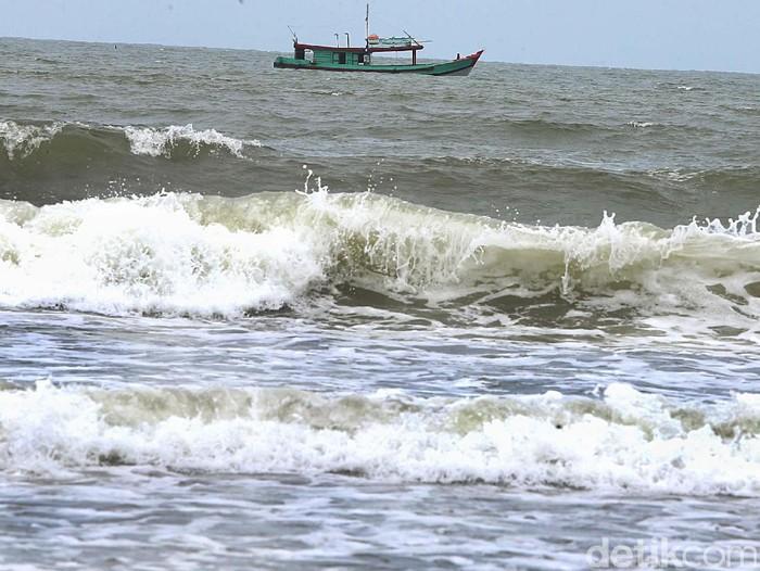 Sejumlah nelayan tradisional di pesisir Kabupaten Cilacap memilih untuk tidak melaut. Jal itu disebabkan karena gelombang tinggi dan angin kencang di perairan selatan Jawa Tengah.