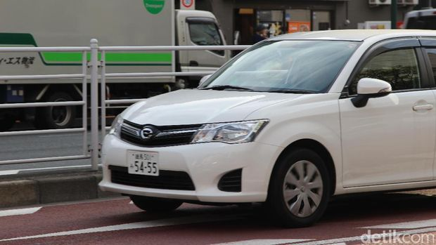 Mobil di Jepang menggunakan pelat nomor putih