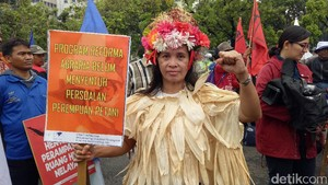 Kritik Harga Pangan, Lintang Demo ke Istana Pakai Kostum Palawija