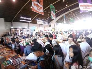 Ratusan Pelajar SMA Serbu Buku di Big Bad Wolf Surabaya