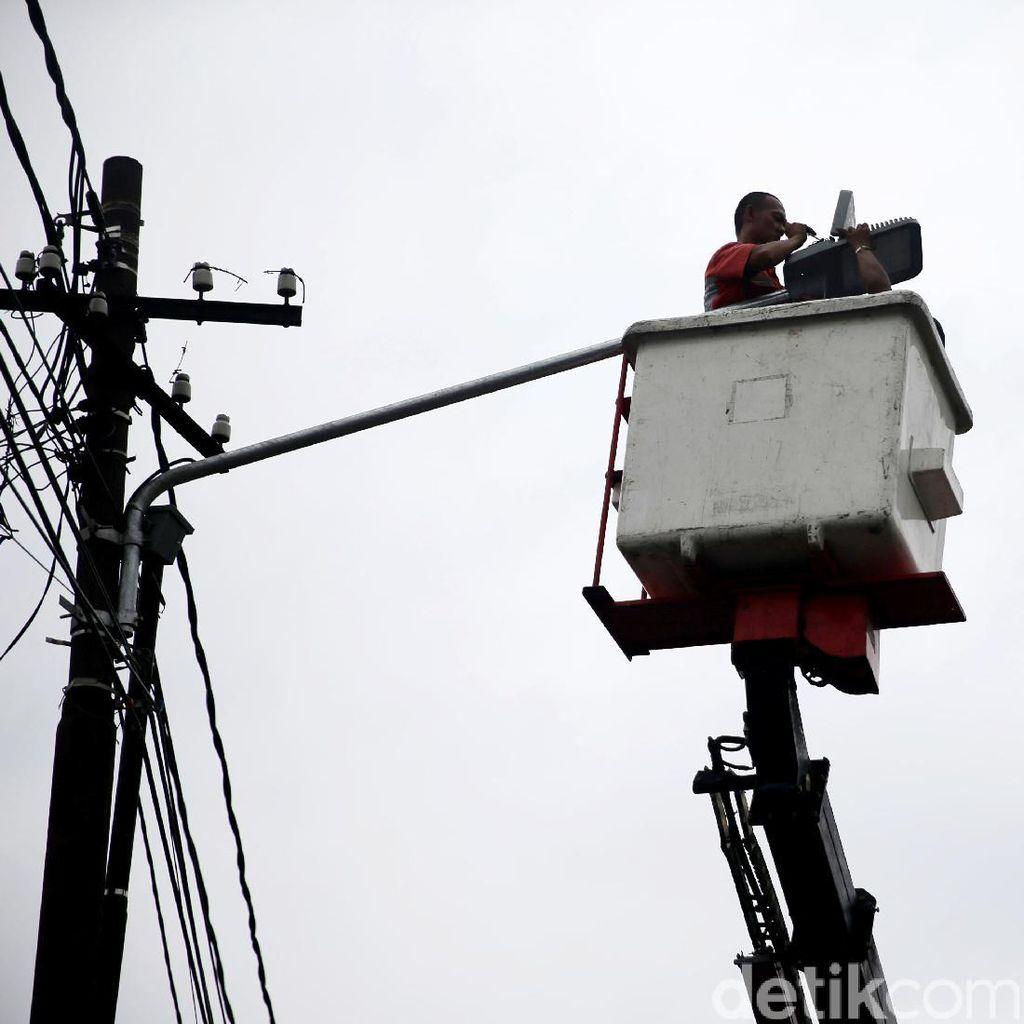 Dishub Garut Kebut Perbaikan Lampu Jalan di Jalur Mudik