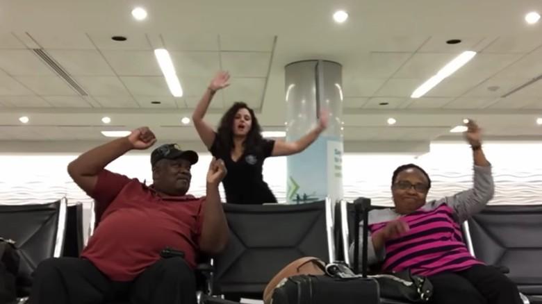 Youtuber menari di bandara (Mahshid Mazooji/Youtube)
