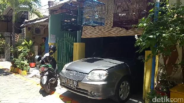 Di Kampung ini, Warga Wajib Punya Garasi Jika Beli Mobil
