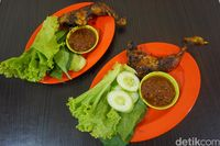 Ayam bakar dengan paduan lalapan dan sambal.