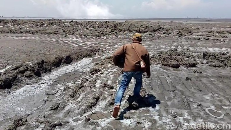 Berjalan di atas bencana lumpur di Sidoarjo (Gracella Mingkid/detikTravel)