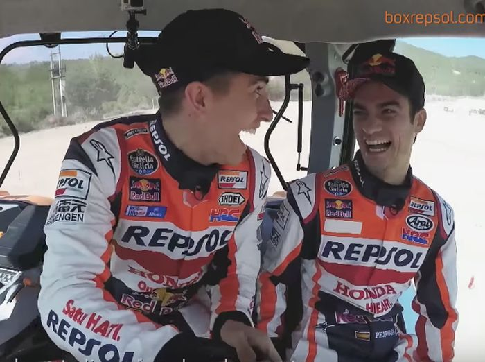 Marquez dan Pedrosa kegirangan ngebut naik traktor (Youtube @BoxRepsol)