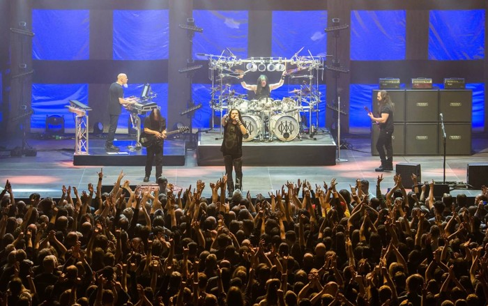 Dream Theater saat konser rangkaian tur Images Words and Beyond 2017