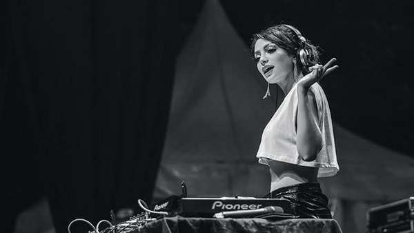 Senyuman Manis DJ Yasmin yang Seksi