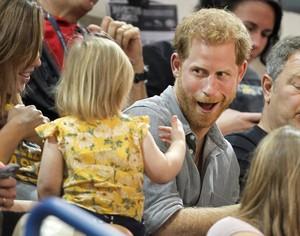 Reaksi Tak Terduga Pangeran Harry Saat Popcorn Dicuri Bocah