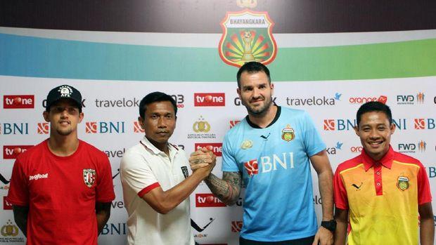 Widodo Cahyono Putro (kedua dari kiri) masuk daftar kandidat pelatih Persib Bandung. (