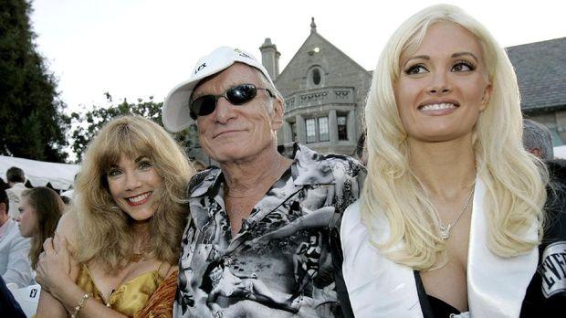 Hugh Hefner bersama mantan kekasih Barbi Benton (kiri), dan Holly Madison.