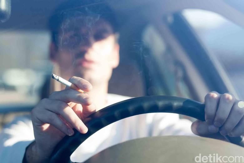 Merokok dalam mobil. Foto: Carbuyer