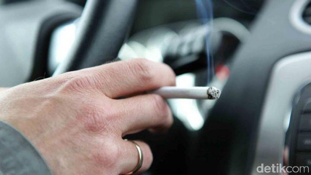 Merokok Saat Nyetir Mobil Juga Bisa Kena Tilang Lho!