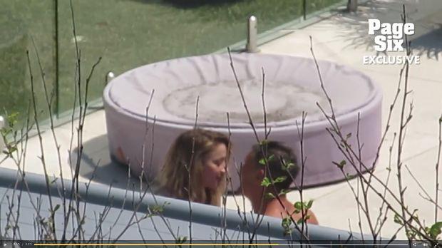 Amber Heard kepergok ciuman dengan pria misterius.