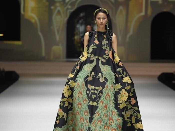 Bangga! 10 Desainer Indonesia Ini Sukses Pamerkan Batik ke Internasional ceeadc7464