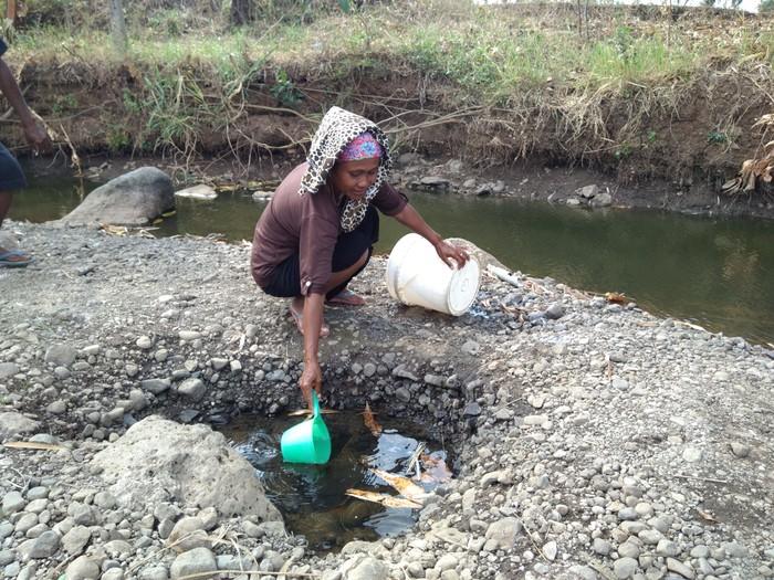 Warga harus membuat cekungan untuk mendapatkan air (Foto: M Rofiq)