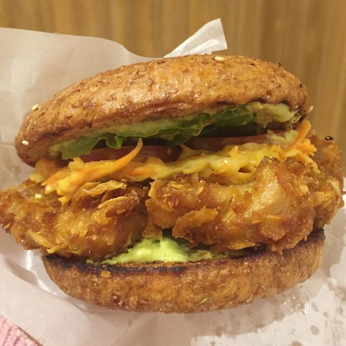 MAM di Senayan City tawarkan burger sehat, El Patron Burger. Bun-nya roti gandum dengan isian patty ayam goreng tepung dan sayuran. Uniknya pelapis ayam goreng tepung berupa cornflakes yang sudah dihancurkan sehingga teksturnya renyah garing. Foto: dok. detikFood