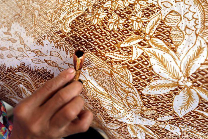 Batik tulis Kaos merupakan suatu kekayaan warisannya budaya bangsa yang perlu dilestarikan.