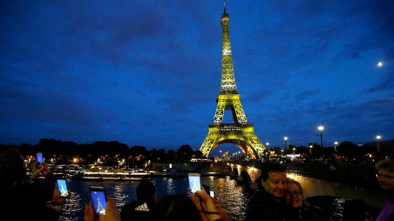 Warna-warni Menara Eiffel rayakan 300 juta pengunjung (REUTERS/Stephane Mahe)