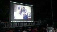 Warga Purworejo Nonton Bareng di Rumah Achmad Yani