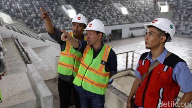 Sri Susanto (kiri) Iis Haerudin (kanan) saat menjelaskan kemajuan renovasi Istora GBK