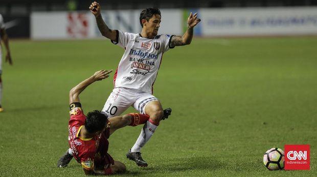 Irfan Bachdim kurang mendapat dukungan dari pemain bali united lainnya.