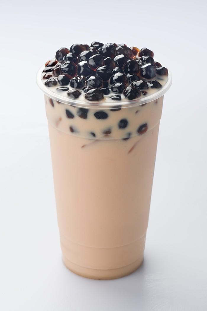 Minuman dingin seperti milk tea tak lengkap tanpa topping. Pearl, boba atau bubble jadi topping paling favorit. Bola-bola kecil dan hitam berbahan tepung kanji ini punya tekstur kenyal. Ada juga jenis boba yang dalamnya berisi cairan (popping boba). Foto: Istimewa