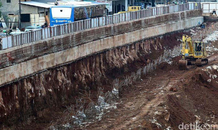 Pekerja menyelesaikan pembangunan Underpass Mampang-Kuningan di Jakarta, Kamis (28/9/2017).