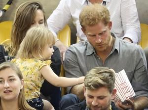Begini Respons Pangeran Harry Saat Ada Balita yang Ambil Popcorn-nya