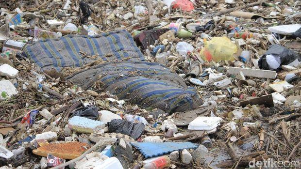 Bermacam-macam sampah bahkan hingga kasur