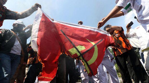 Demo anti-PKI, di Taman Apsari, Surabaya, Jawa Timur, Sabtu (30/9).