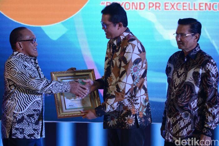 Managing Director Bank BTN R Mahelan Prabantarikso menerima penghargaan Public Relation Excellence Award 2017. Hedi/Humas BTN.