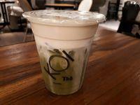 Enaknya Minum <i>Milk Tea</i> dengan <i>Bubble</i> Keemasan dan Macchiato