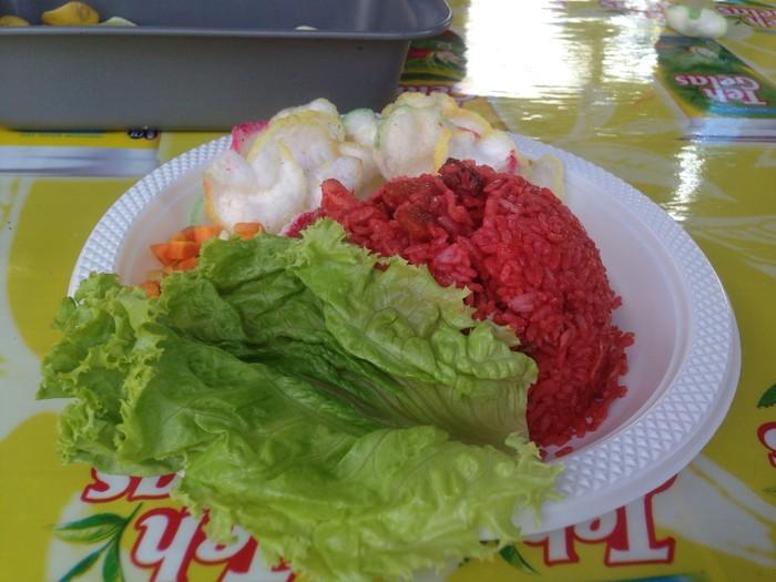 Nasi goreng merah yang cerah ini khas Makassar. Warna merahnya didapat dari penggunaan saus tomat yang hanya ada di sana. Semakin enak karena nasi goreng merah ditambahkan perasan jeruk nipis. Foto: dok. detikFood