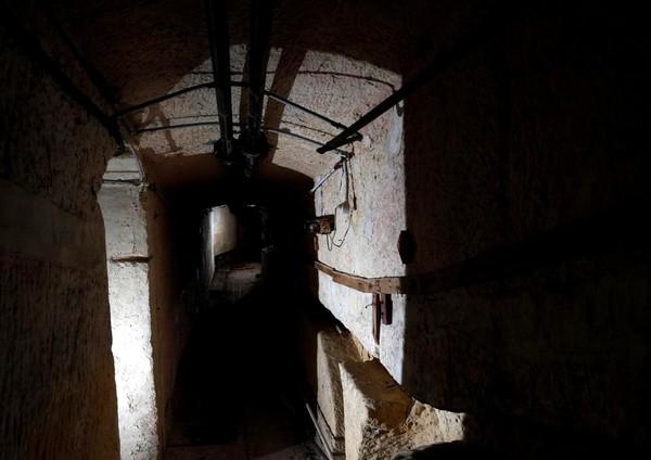 Terowongan ini dibangun oleh pasukan NATO saat Perang Digin antara Rusia dan AS terjadi. Terowongan ini menyambung dengan terowongan yang ada di bawah Kota Valletta (Darrin Zammit Lupi/Reuters)
