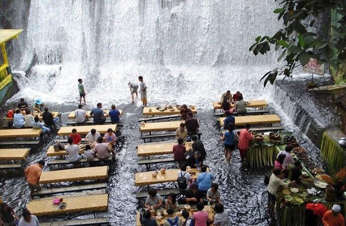 Labasin Waterfalls Restaurant berada di Villa Escudero Resort Filipina. Pengunjung bisa mendapat pengalaman makan berbeda di sini. Foto: Istimewa