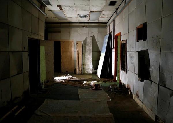 Terowongan ini dilengkapi beberapa ruangan. Dahulu, ruangan ini digunakan untuk briefing dan pusat komando operasi bawah tanah para tentara yang terlibat di Perang Dunia Kedua (Darrin Zammit Lupi/Reuters)