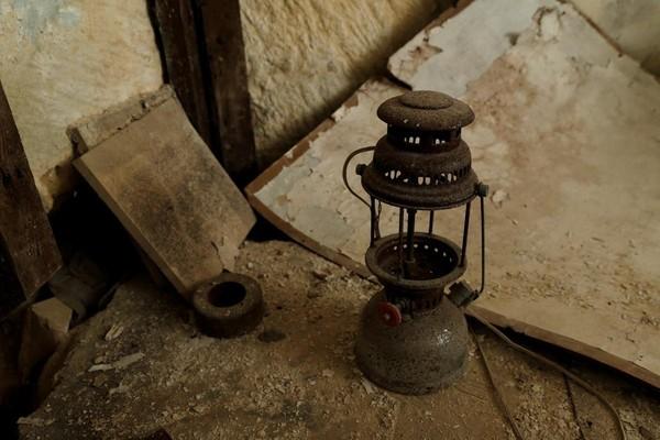 Beberapa benda peninggalan ditemukan di terowongan ini. Seperti lampu minyak yang bentuknya familiar ini. Karena lama diabaikan, kerak dan karat tampak menyelimuti benda-benda ini (Darrin Zammit Lupi/Reuters)